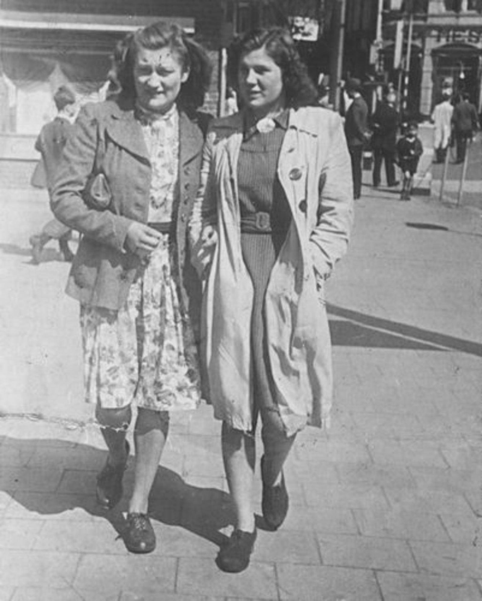 Bliek Jannie 1927 19__ aan de wandel met Greet Totté