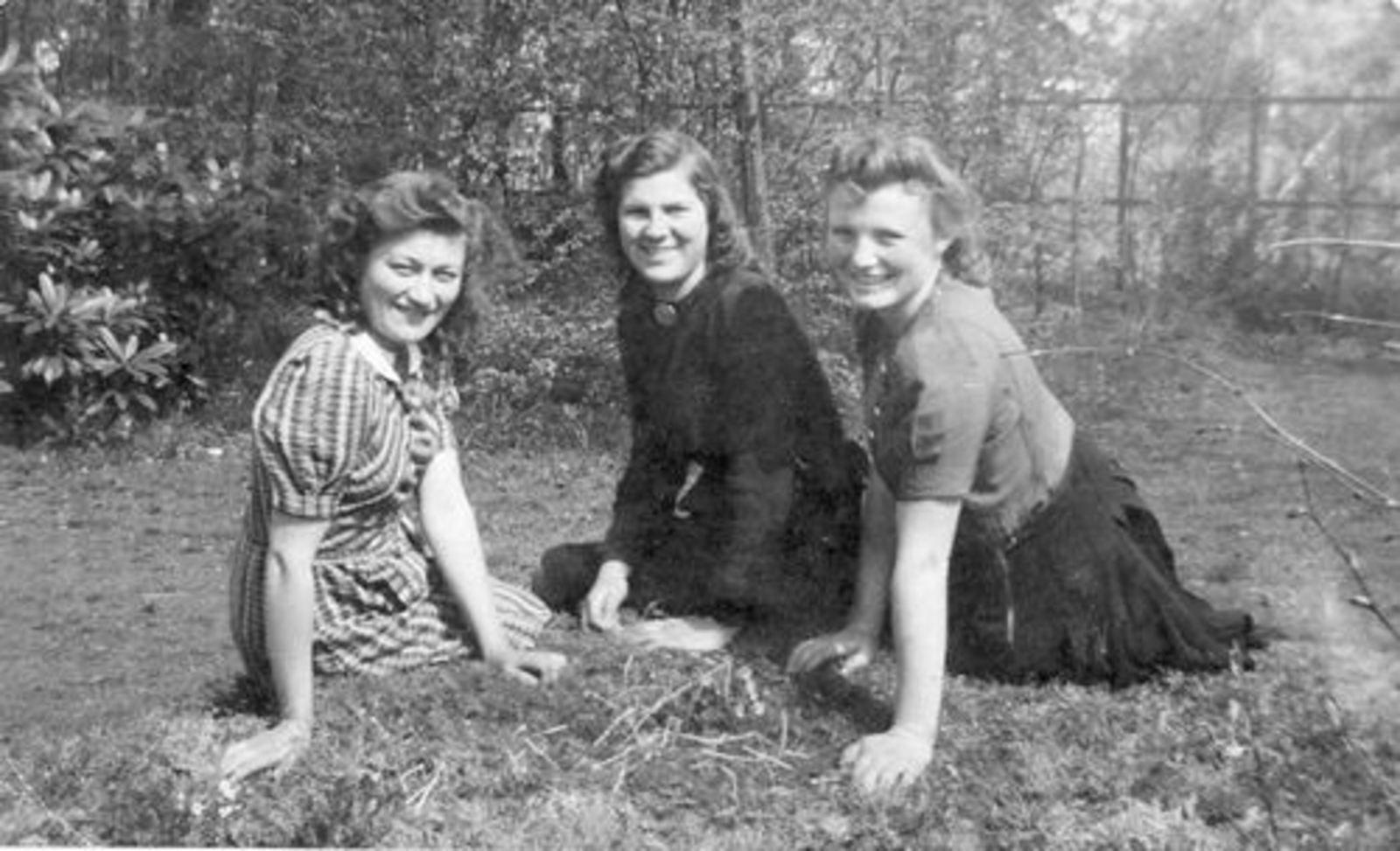Bliek Jannie 1927 19__ buiten met Gre en Tinie Onbekend