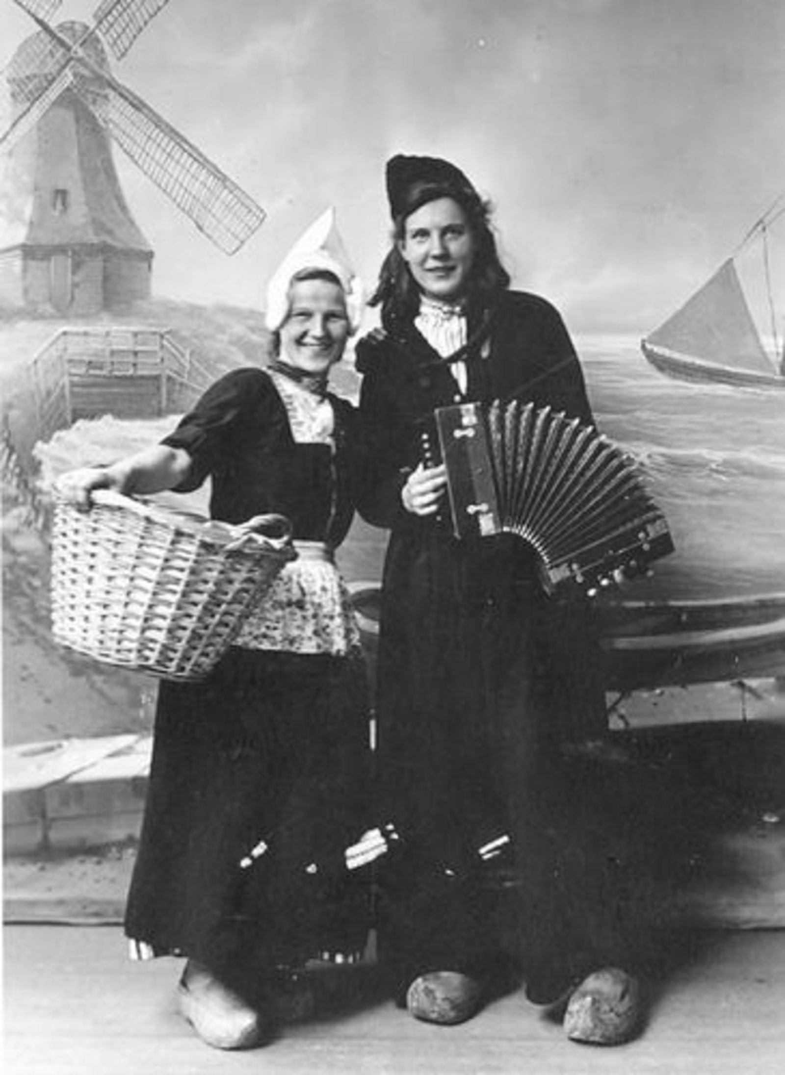 Bliek Koosje 1919 19__ met Onbekende in Volendamse Klederdracht