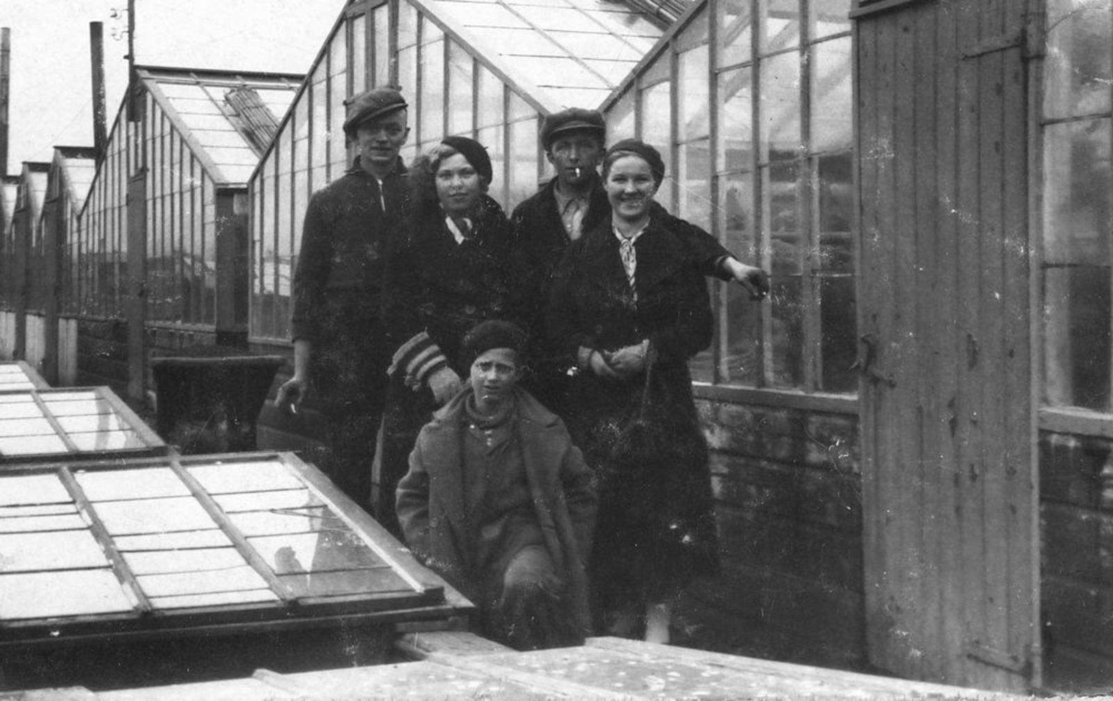 Bliek Leentje 1920 1936 met Annie Oppelaar bij Kassen fam Piet in Aalsmeer