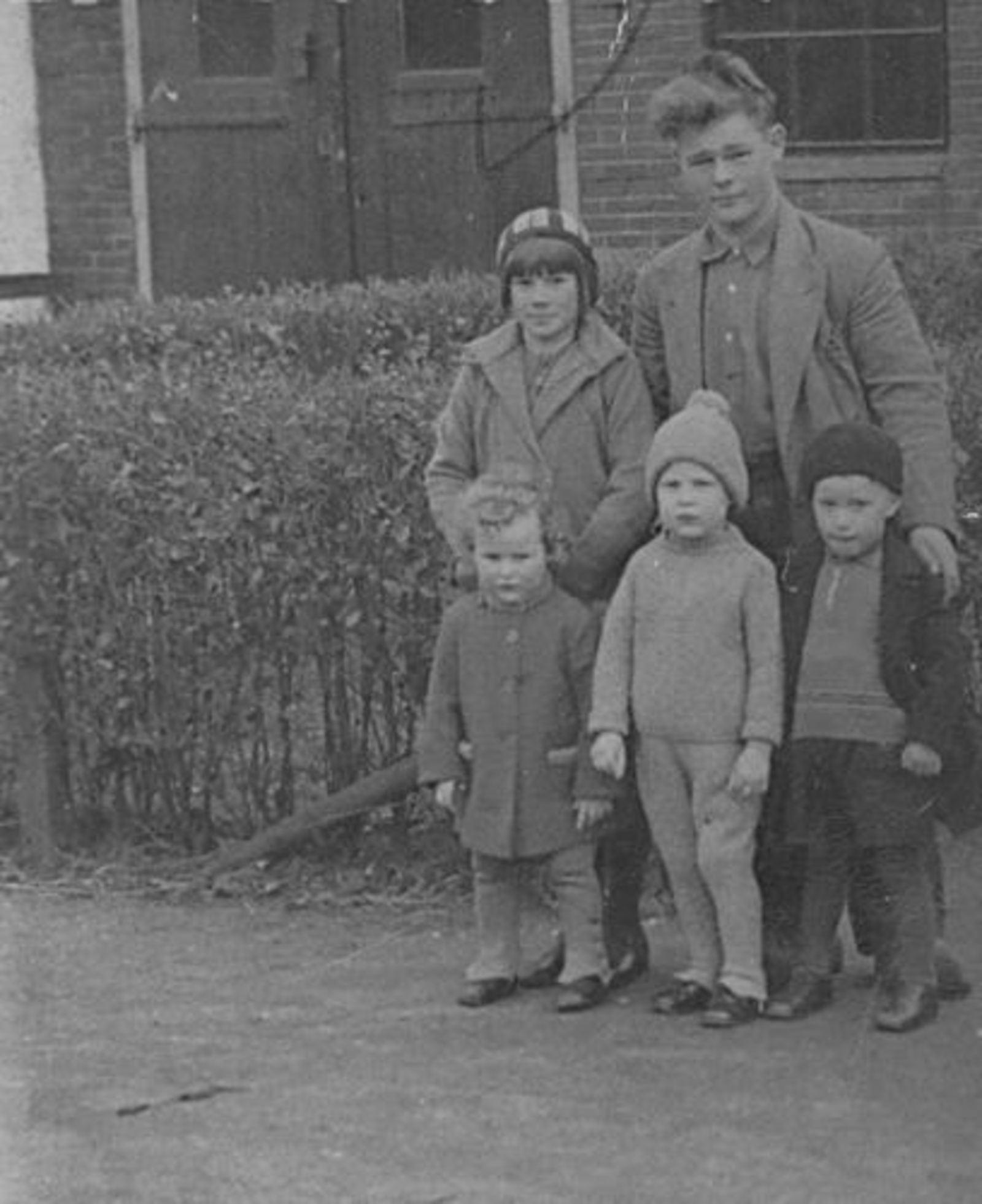 Bliek Toon 1914 1935 met zus Janny en Neefjes en Nicht_2