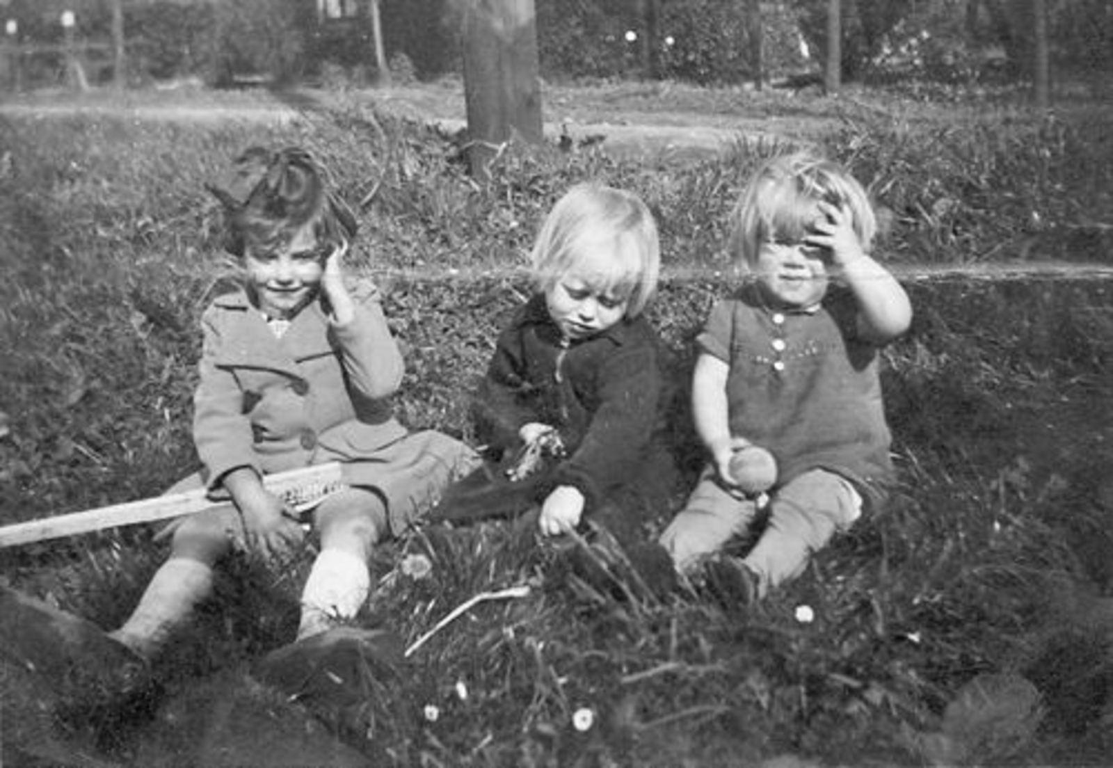 Bliek Toon 1914 1940 Dochter Leentje  met nichtje Truus en Onbekend