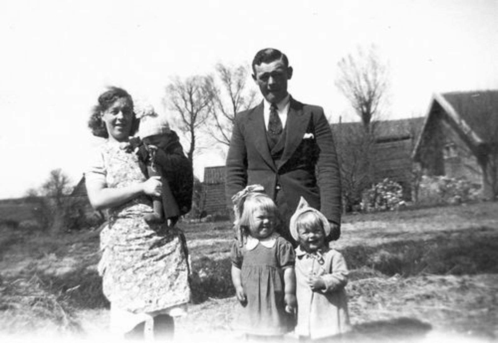 Bliek Toon 1914 1941 met Gezin op Erf 02