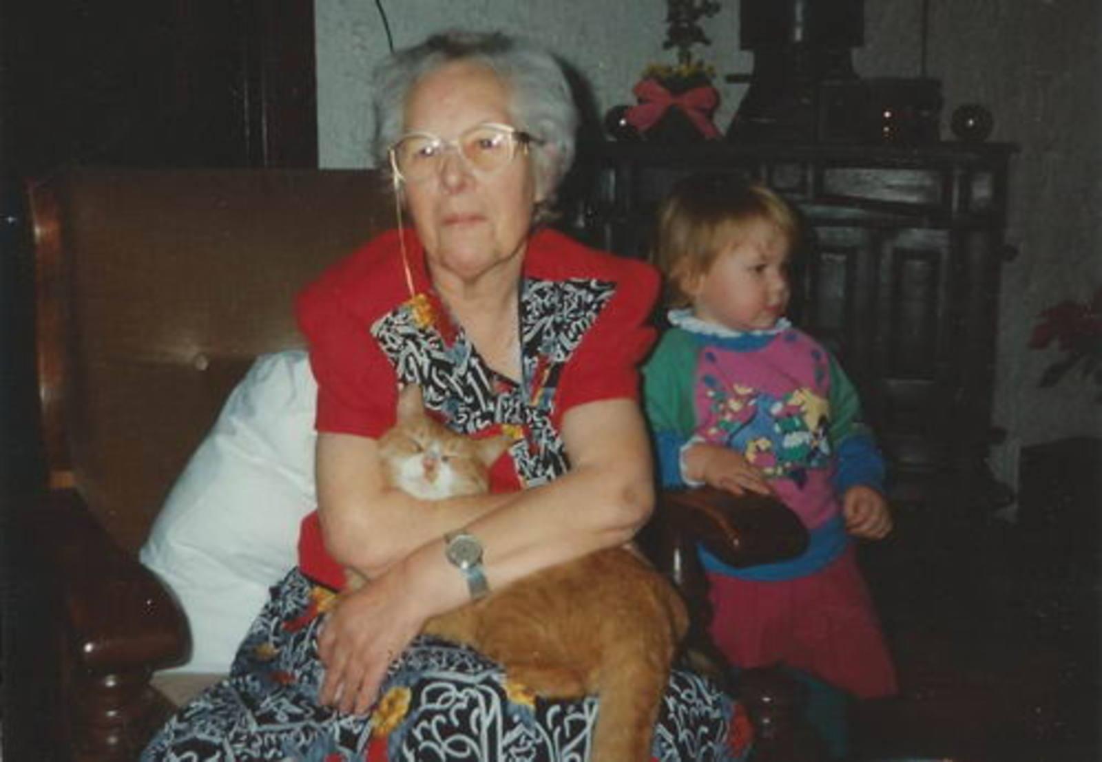 Bliek Toon 1914 1991 vrouw Helena vd Blom binnen in Luie Stoel