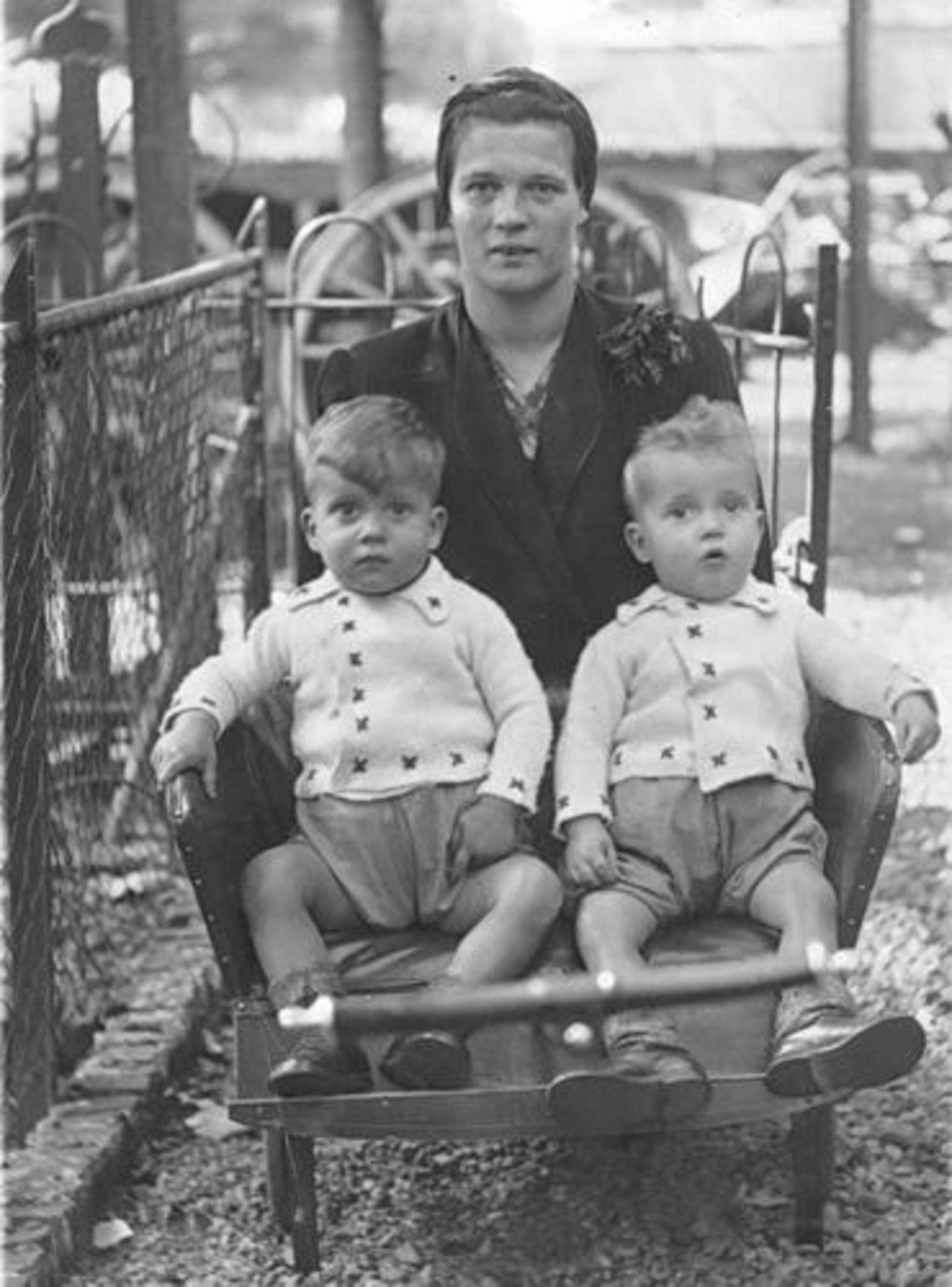 Blom Jan 1906 1941± vrouw Toos Bliek met tweeling Jan en Ton