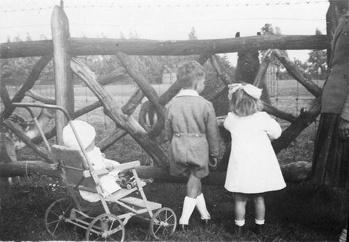 Boslaan 0000 1946 met Aad Koolbergen en Moeder en Zus Ellie 01