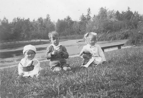 Boslaan 0000 1946 met Aad Koolbergen en Moeder en Zus Ellie 02