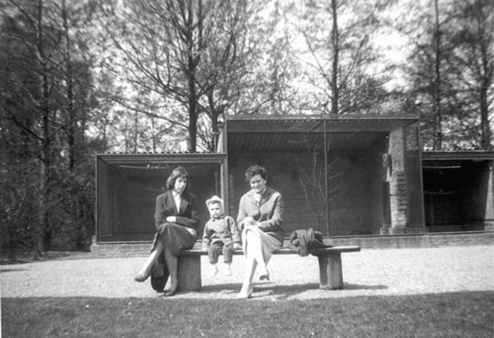 Boslaan 0000 Wandelpark 1958± Voliere met oa fam de Koning