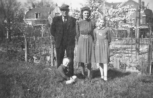 Bosman Jan 1897 19__ met Kinderen aan Tuinweg