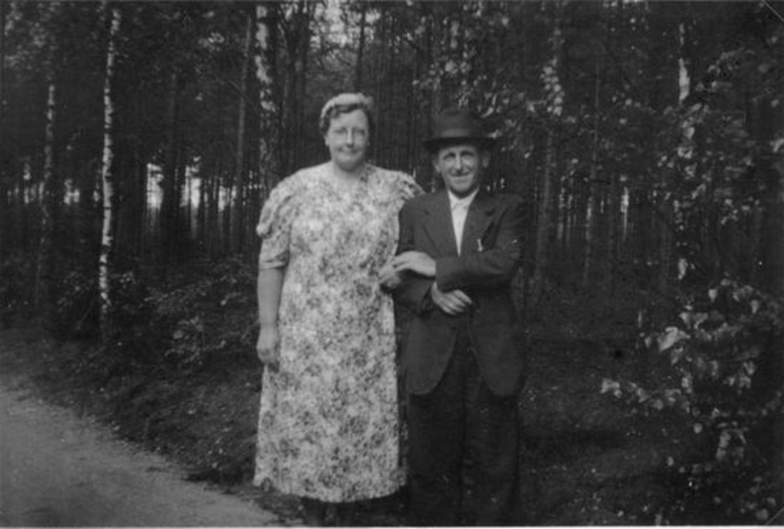 Broere Daniel 1890 19__ met vrouw Jacoba Vlug bij Bos