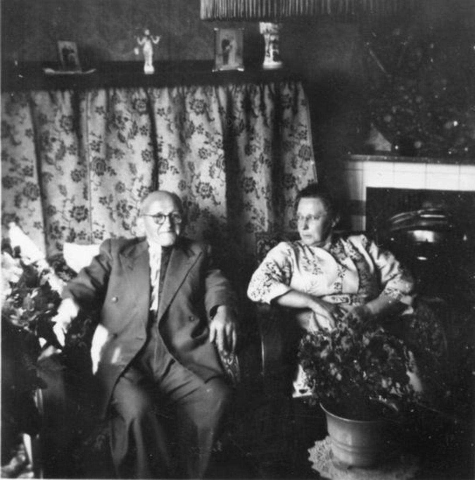 Broere Daniel 1890 19__ met vrouw Jacoba Vlug in Huis