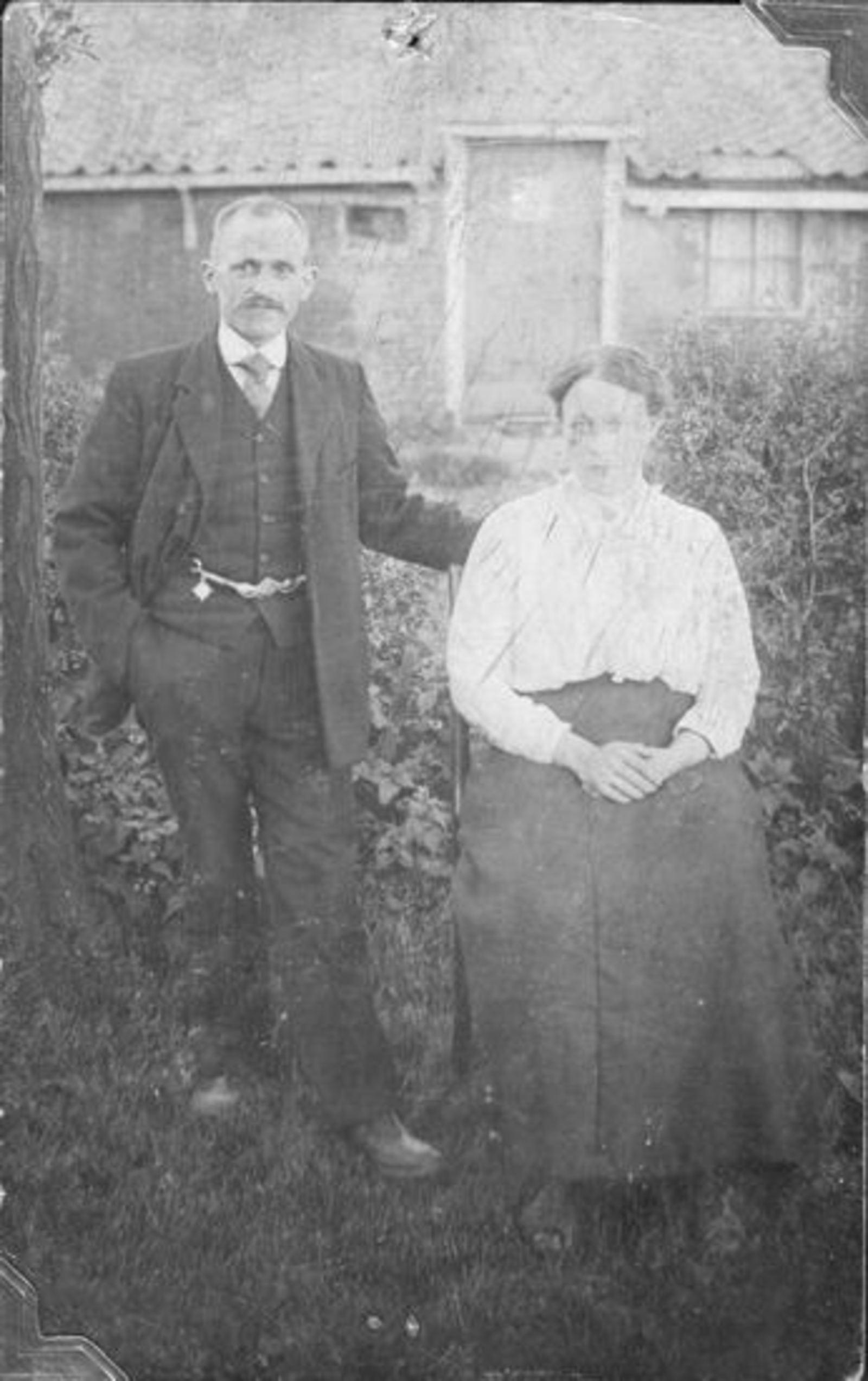 Broere Daniel 1890 19__ met vrouw Jacoba Vlug in Tuin