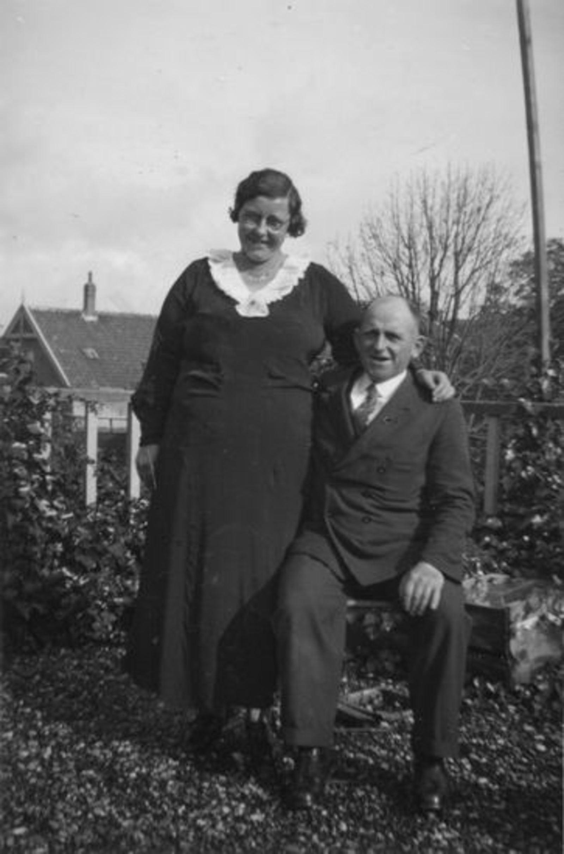 Broere Daniel 1890 19__ met vrouw Jacoba Vlug in Tuin (2)