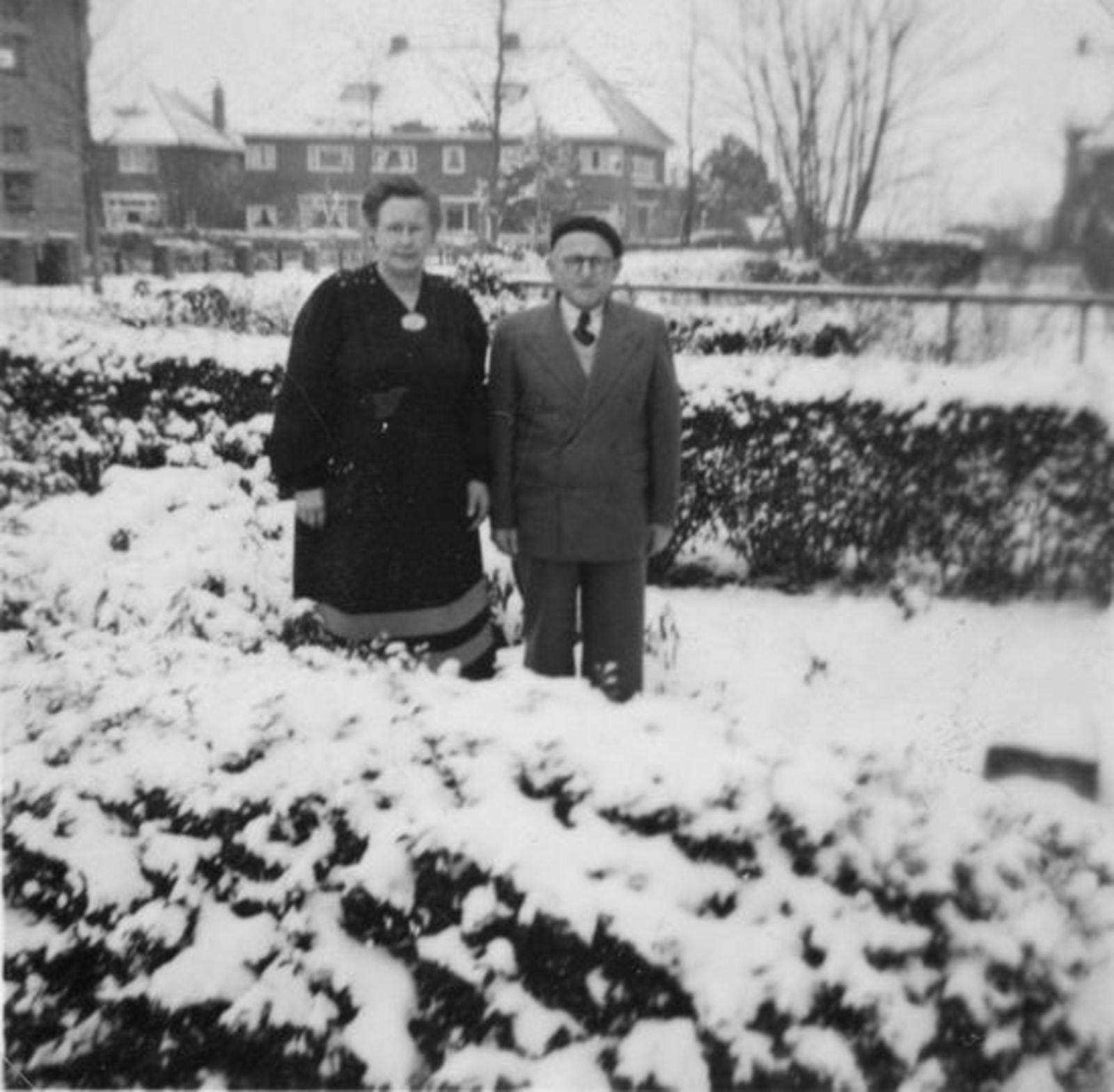 Broere Daniel 1890 19__ met vrouw Jacoba Vlug in Tuin Wilhelminalaan 01
