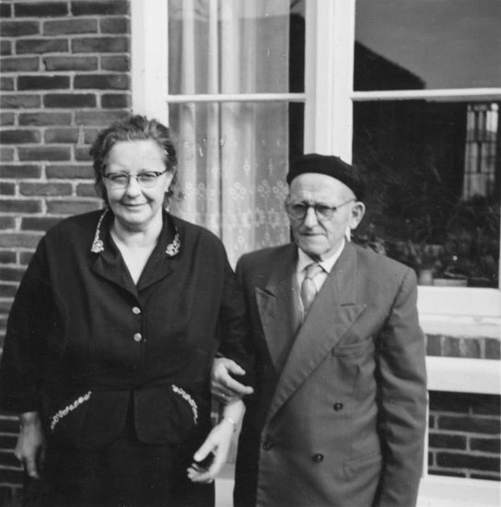 Broere Daniel 1890 19__ met vrouw Jacoba Vlug voor Huis