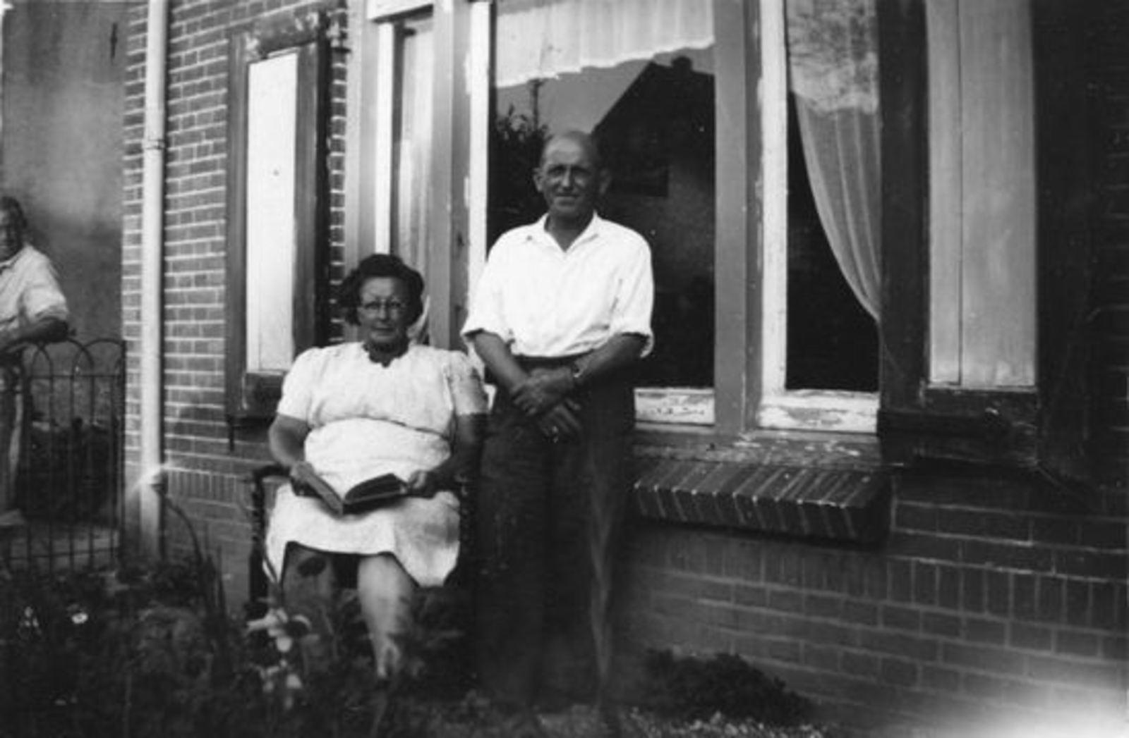 Broere Daniel 1890 19__ met vrouw Jacoba Vlug voor Huis (2)