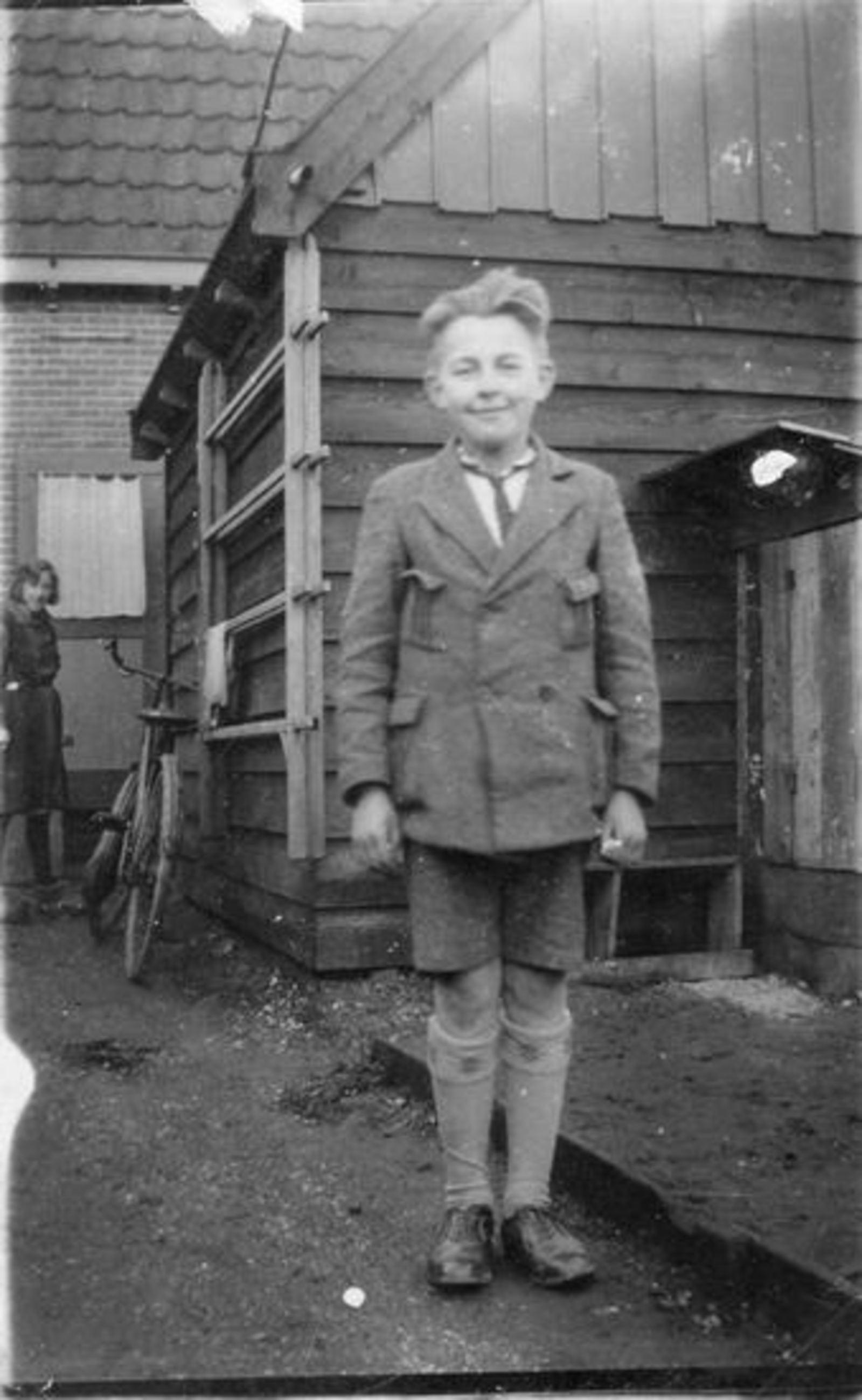 Broere Gerrit 1918 192_ Jongen achter op Erf