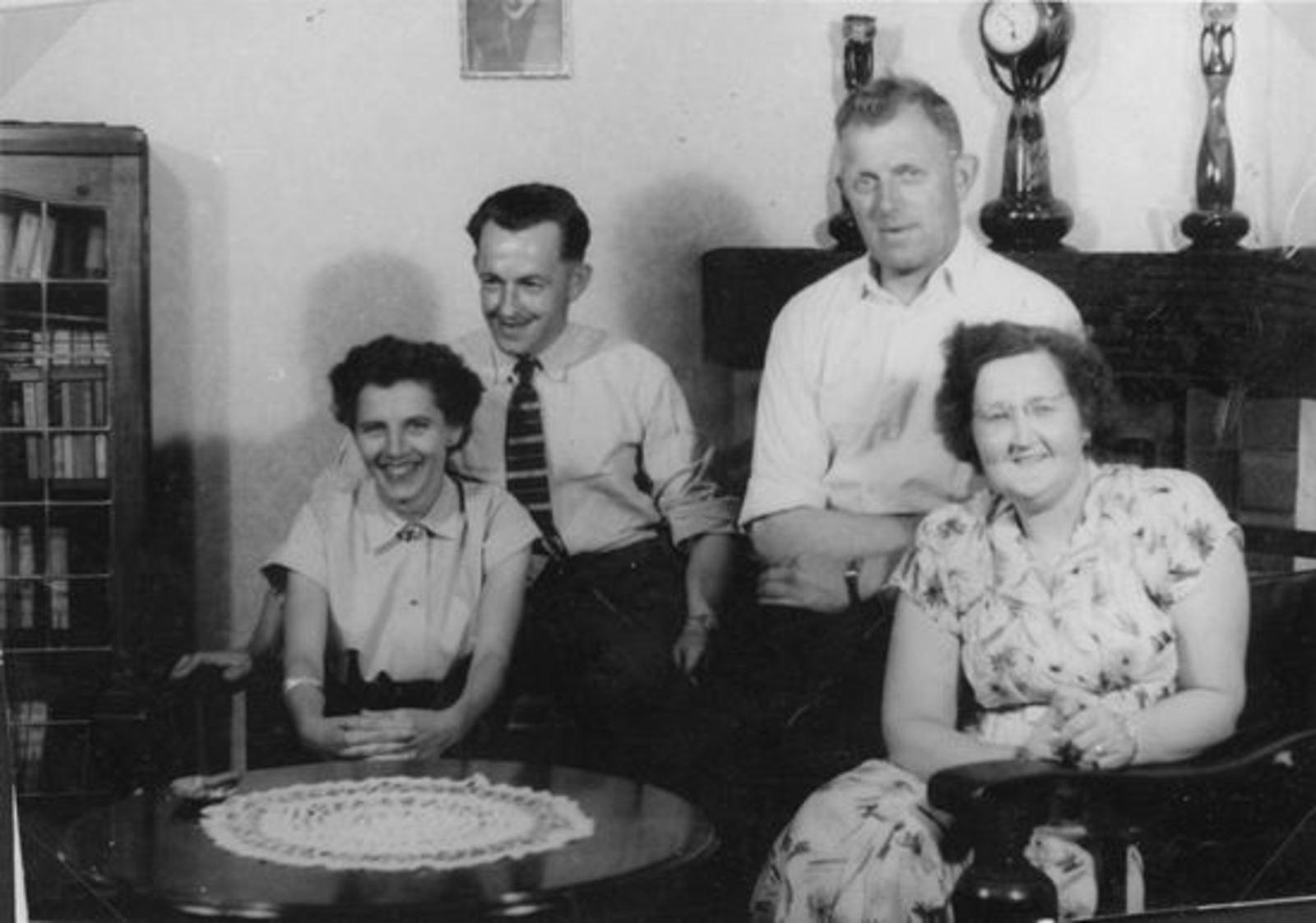 <b>ZOEKPLAATJE:</b>Broere Gerrit 1918 195_ met vrouw Gerrij en onbekende Visite