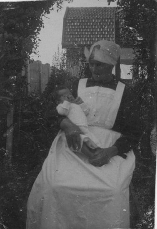 Broere Izak 1856 19__ vrouw Aagje v Vliet als Kraamvrouw