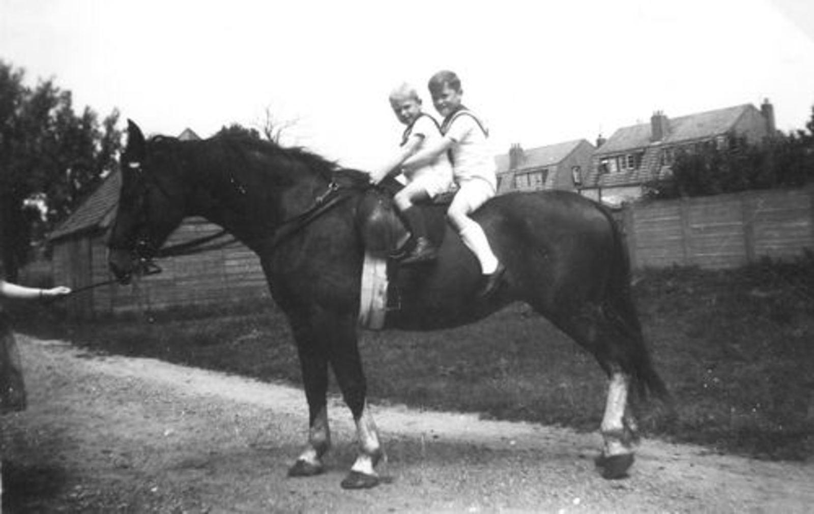 Calvelage Ben 1937 1944 op Paard met broer Henk