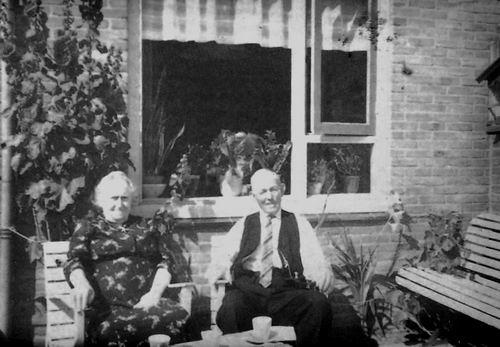 Calvelage Bernard 1885 1961+ met Vrouw in Tuin Pr Marijkestraat