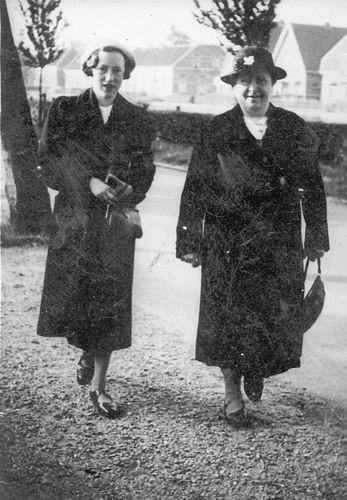 Calvelage-Boerlage Anna 1894 19__ met dochter Marie bij de RK Kerk