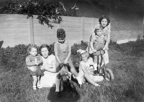 Calvelage Grard 1927 19__  met zuster Mien en Kinderen Tulen
