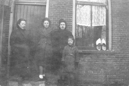 Calvelage Greet 1920 19__ met zusters bij Hoofdweg 0705