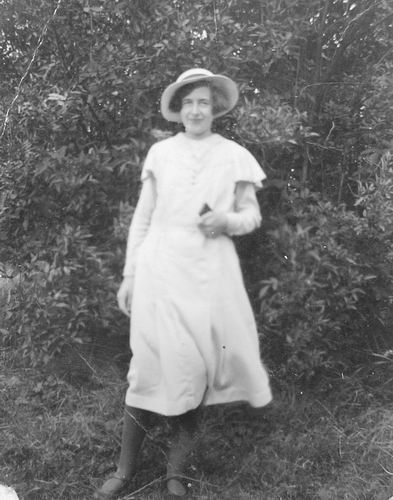 Calvelage Greet 1920 19__ Poseert in Tuin