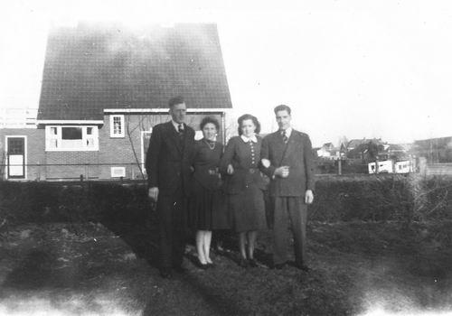 <b>ZOEKPLAATJE:</b>Calvelage Jan 1924 19__ met zus Nel en Egas bij Hoofweg 0699