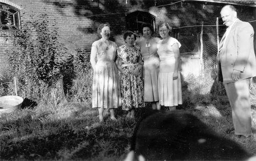 <b>ZOEKPLAATJE:</b>Calvelage Marie 1921 194_ met Zusters bij Hoofdweg 705