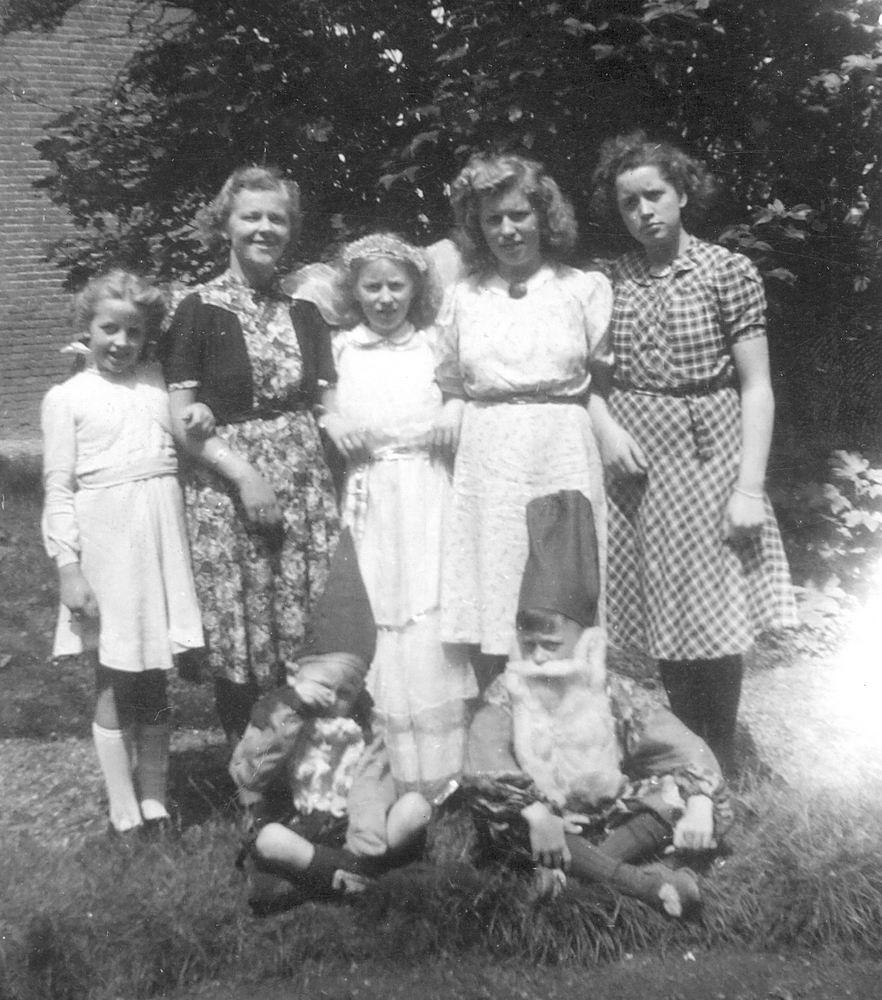 Calvelage Marie 1921 194_ met zusters en broers in Laren
