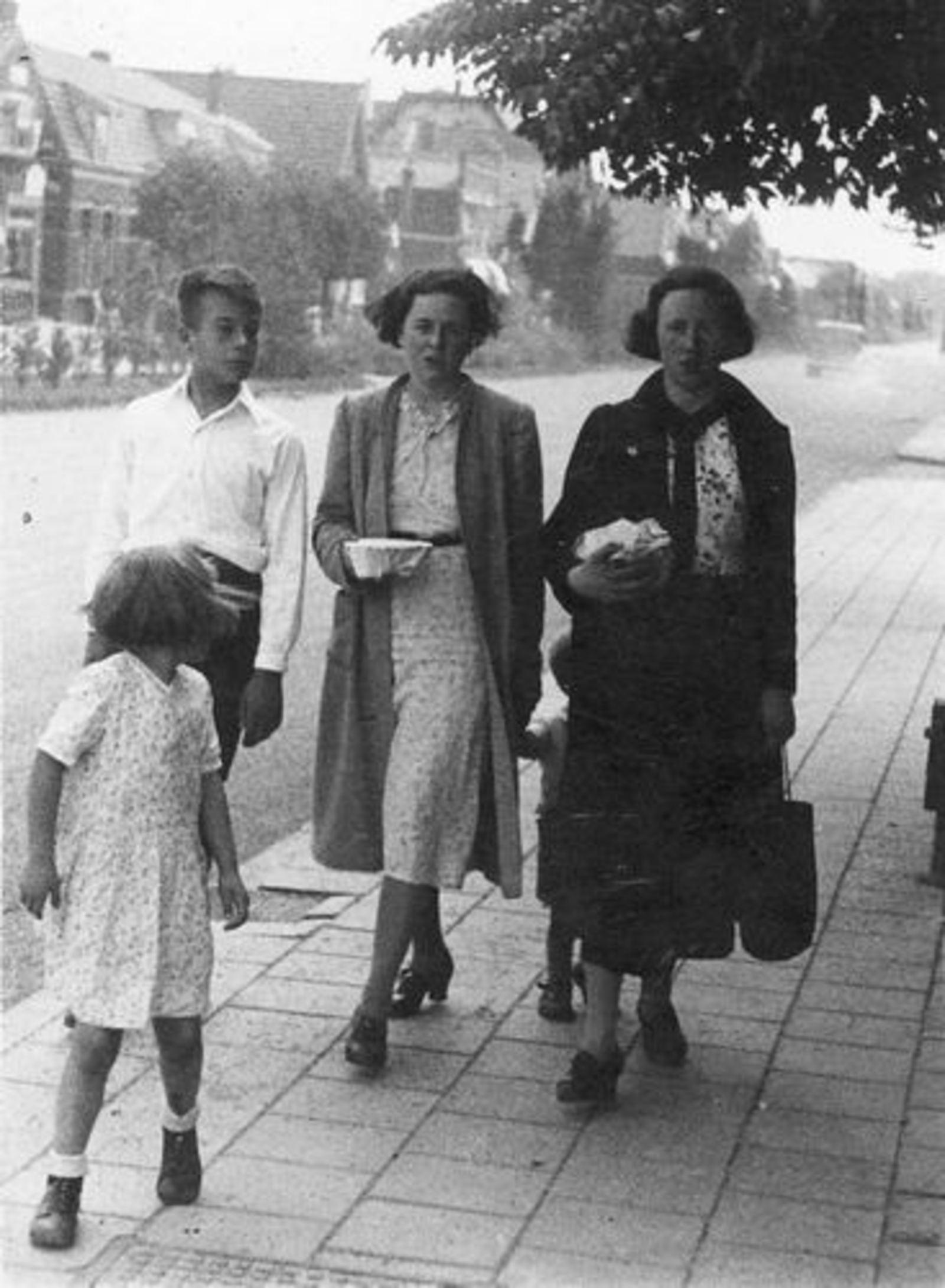 Calvelage Marie 1921 1961± met zus Rika ea bij Kruisweg 997 01