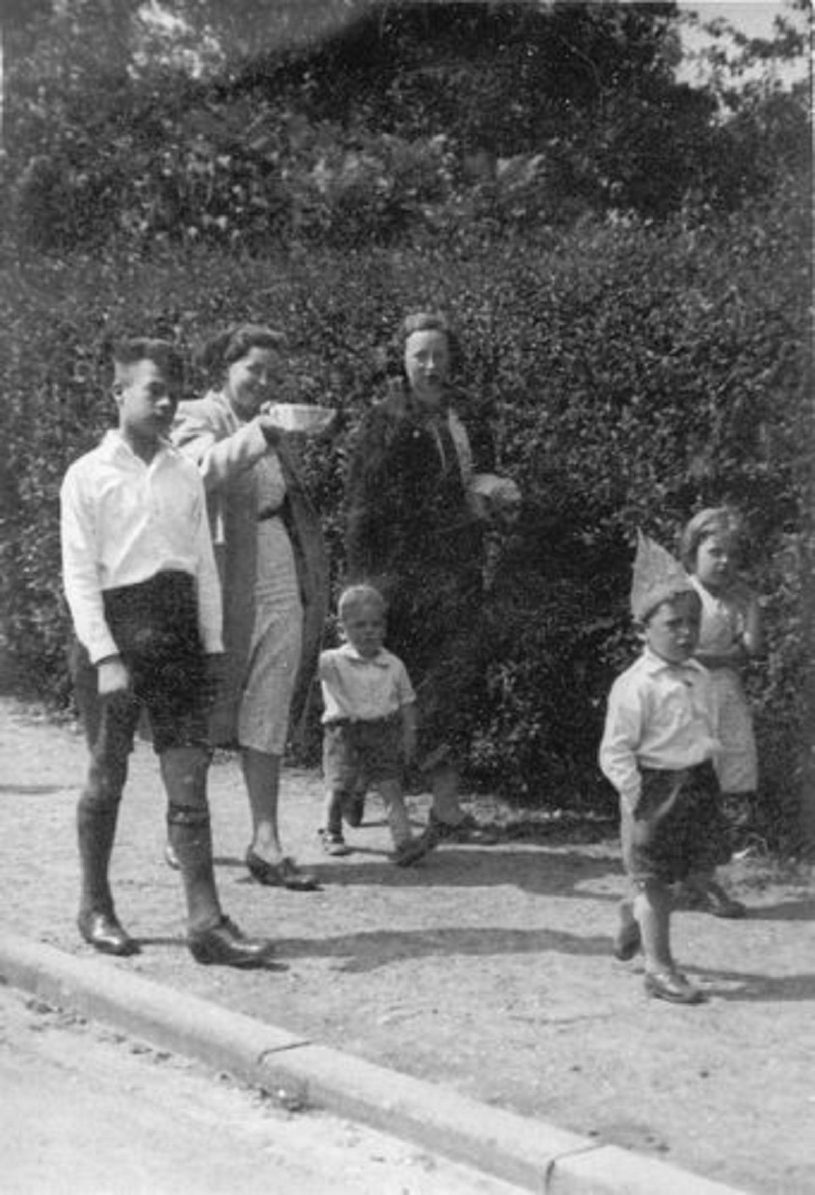 Calvelage Marie 1921 1961± met zus Rika ea bij Kruisweg 997 02