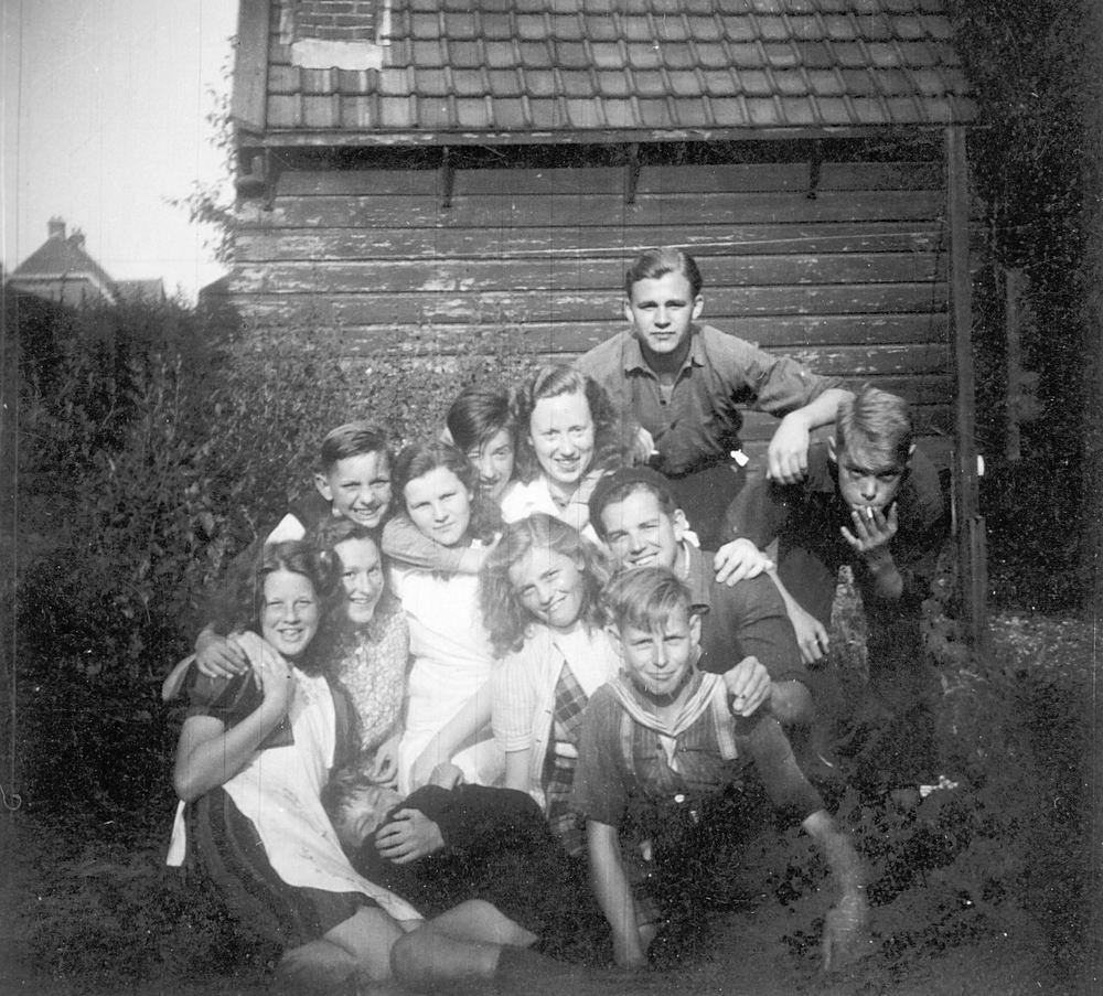 <b>ZOEKPLAATJE:</b>Calvelage Marie 1921 19__ met Onbekenden bij Spoorhuis 01
