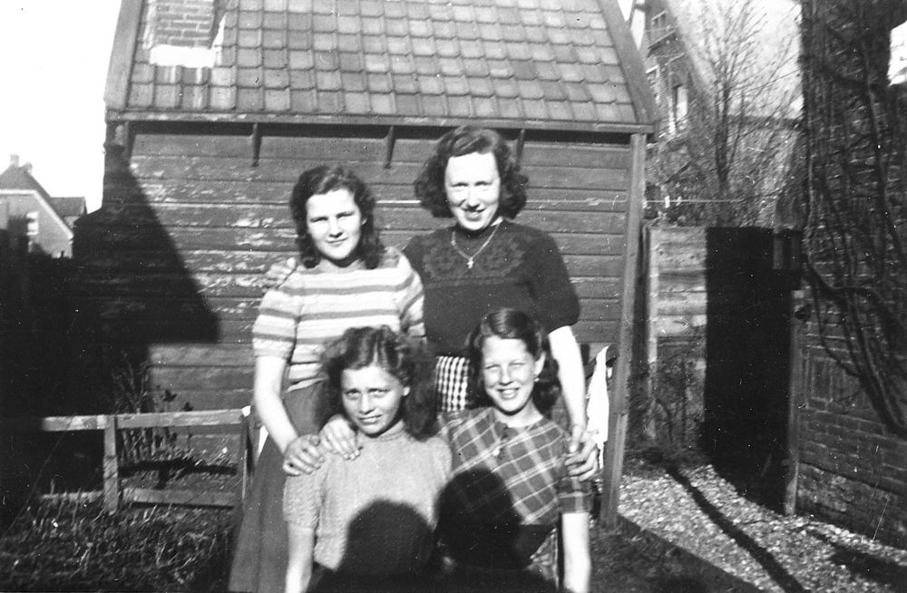 <b>ZOEKPLAATJE:</b>Calvelage Marie 1921 19__ met Onbekenden bij Spoorhuis 02