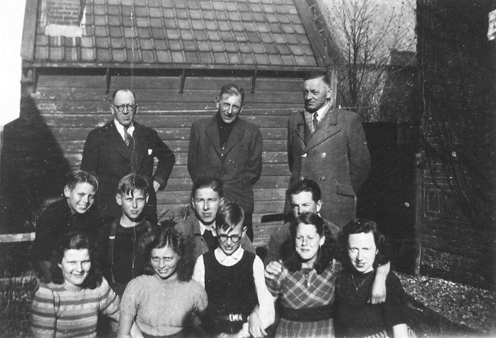 <b>ZOEKPLAATJE:</b>Calvelage Marie 1921 19__ met Onbekenden bij Spoorhuis 03