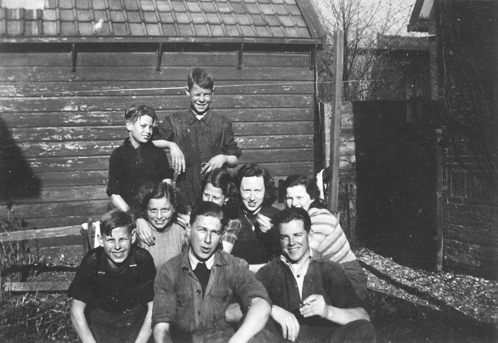 <b>ZOEKPLAATJE:</b>Calvelage Marie 1921 19__ met Onbekenden bij Spoorhuis 04