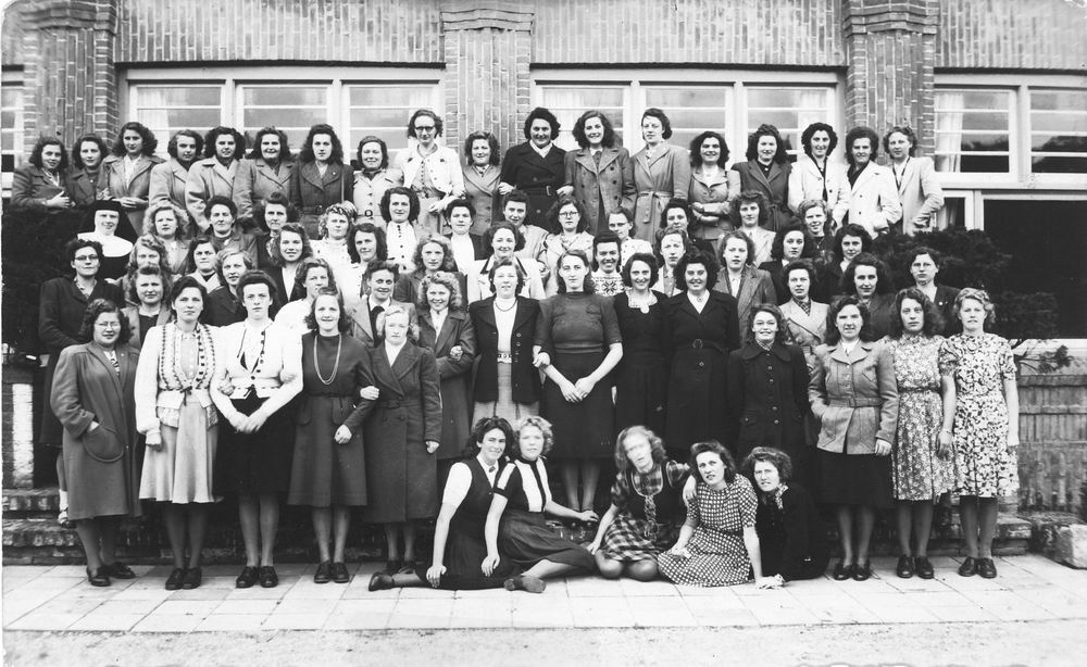 <b>ZOEKPLAATJE:</b>Calvelage Marie 1921 19__ met RK Groep voor School oid