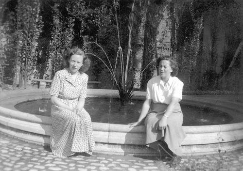 Calvelage Marie 1921 19__ met Zus Rika bij Fontein