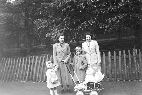 Calvelage Marie 1921 19__ met zus Rika ea in Haarlemmer Hout 01