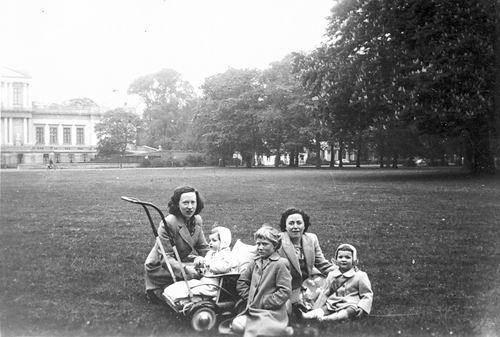 Calvelage Marie 1921 19__ met zus Rika ea in Haarlemmer Hout 02