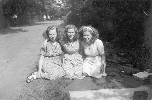 Calvelage Marie 1921 19__ Uitje met zus Mart en Vrienden 01