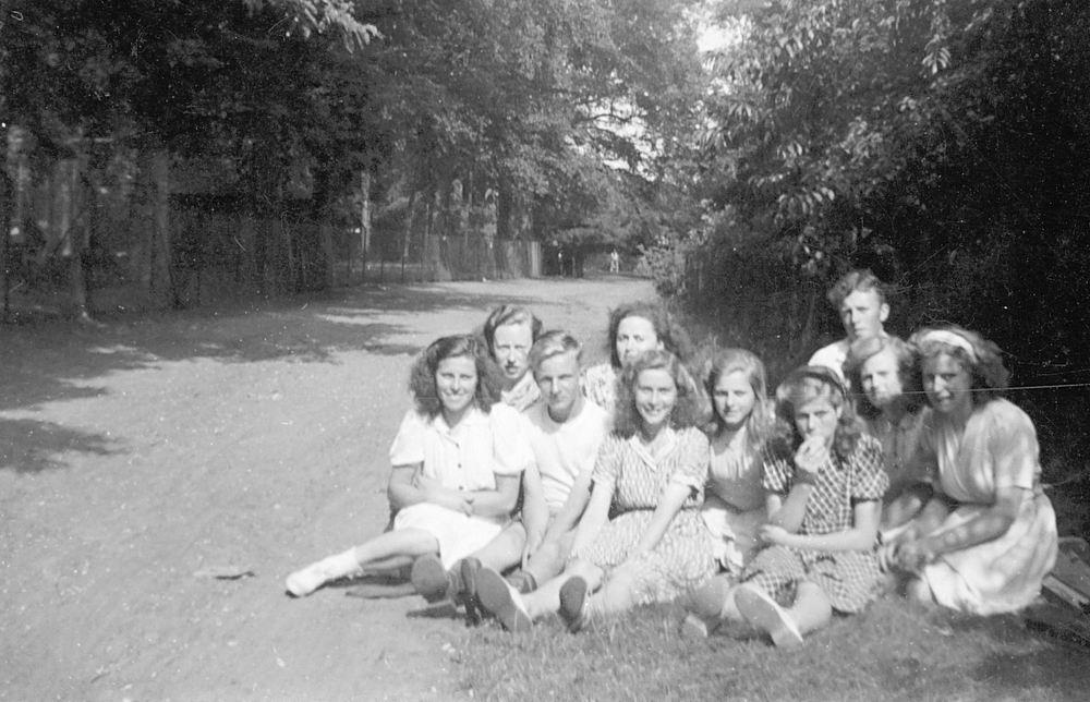 <b>ZOEKPLAATJE:</b>Calvelage Marie 1921 19__ Uitje met zus Mart en Vrienden 02