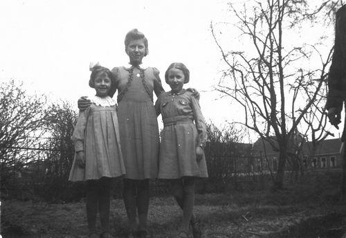 Calvelage Mart 1927 1942 met zusjes Grat en Mien
