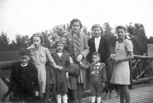 Calvelage Nel 1926 1941 met Zusters en Broers in Wandelbos 01
