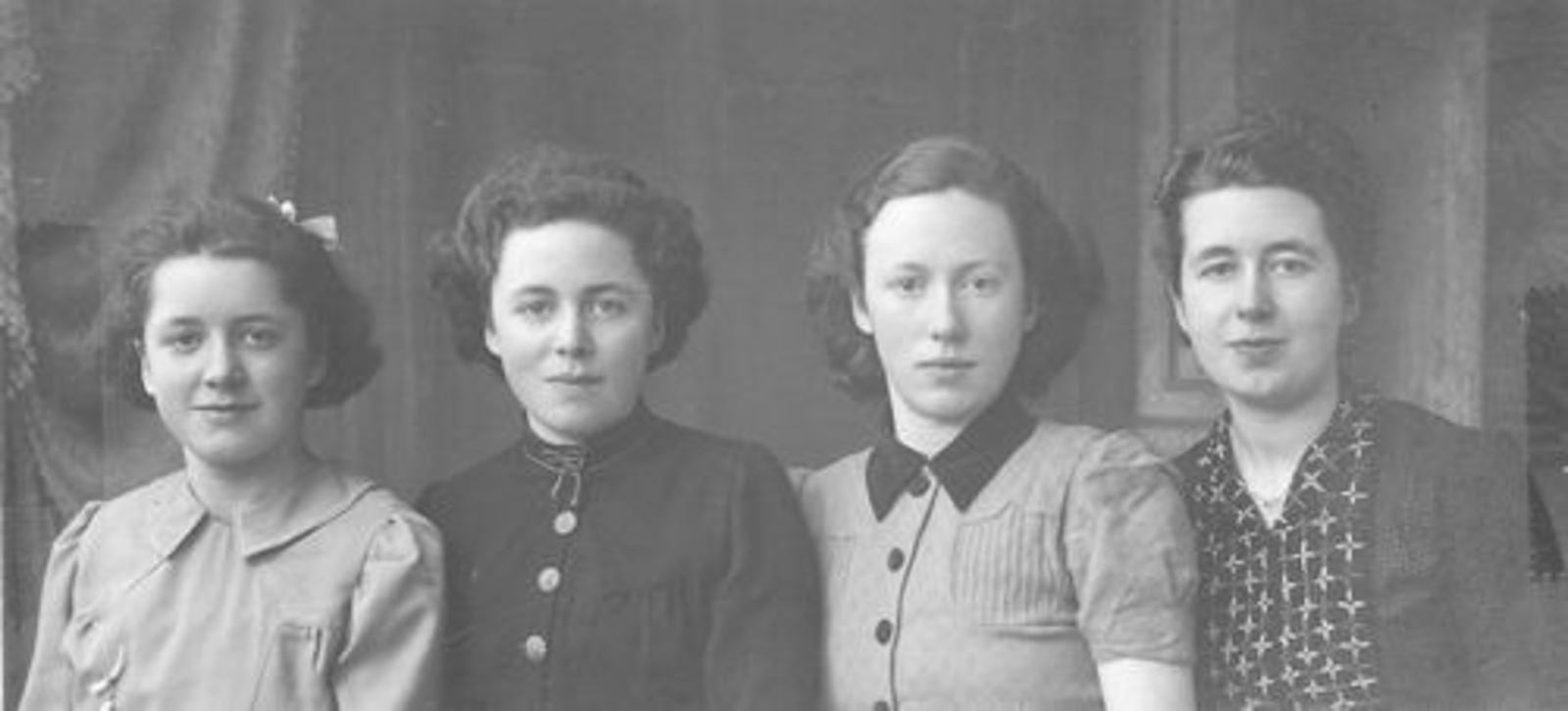 Calvelage Nel 1926 1941± met zusters bij Fotograaf
