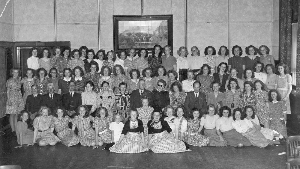 <b>ZOEKPLAATJE:</b>Calvelage Nel 1926 19__ met Grote Groep tgv Onbekend