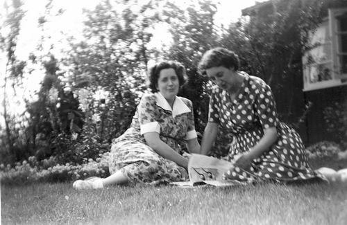 Calvelage Nel 1926 19__ met Tonnie Kuiper in Tuin