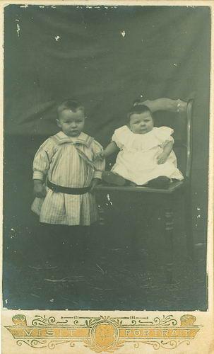 <b>ZOEKPLAATJE:</b>Calvelage Onbekend 01 Peuter met Baby bij Fotograaf
